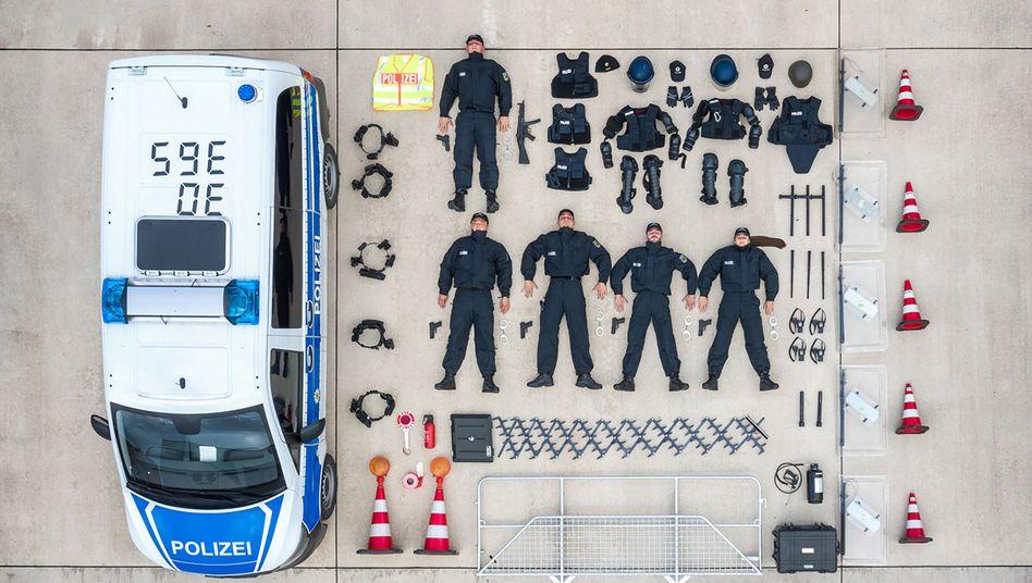 Die Bundespolizei hat eins ihrer Fahrzeuge ausgeräumt - und den Inhalt ordentlich aufgereiht. Einsatzkräfte weltweit haben an der #TetrisChallenge auf Instagram teilgenommen