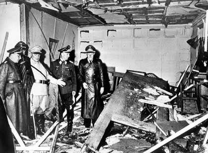 """Schadensbesichtigung mit Göring (3.v.r.): """"Jemand hat versucht, mich umzubringen"""""""