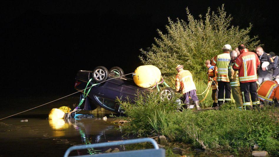 Einsatzkräfte bergen bei Neckarhausen ein Auto aus dem Fluss