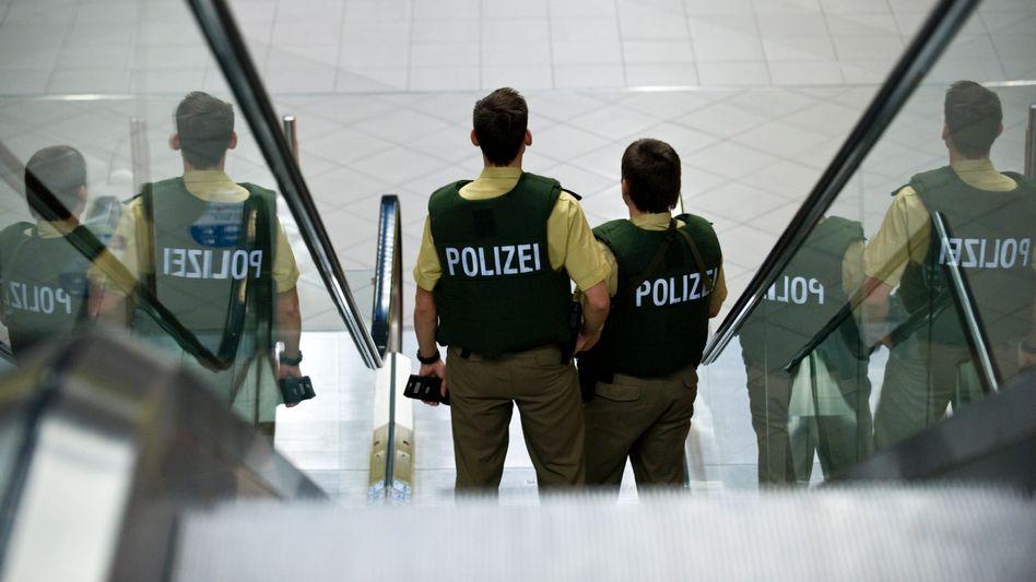 Bundespolizisten am Flughafen: Mehr Präsenz gefordert