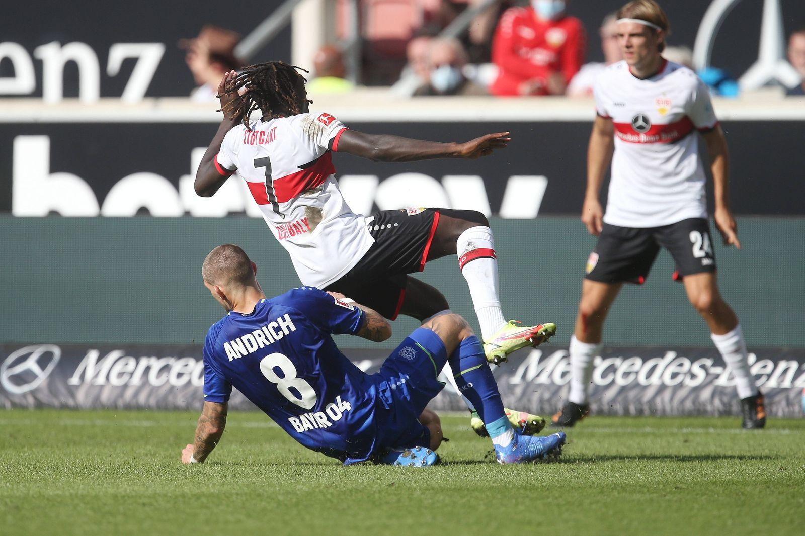 V.li. Patrik Schick (Bayer 04) foult Tanguy Coulibaly (VfB) und sieht dafür die rote Karte . Fussball: 1. Bundelsiga :