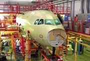 Arbeit an einer A319: Produktionshalle des Hamburger Airbus-Werks
