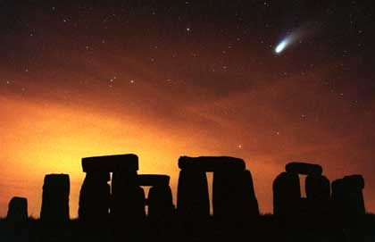 Stonehenge bei Nacht (mit Komet Hale-Bopp): Frühes Beispiel deutscher Ingenieurskunst?