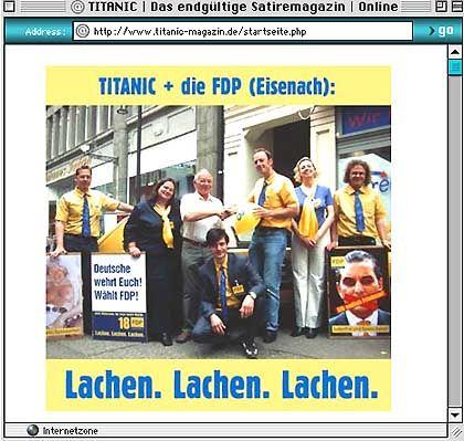 Shakehands vor Kameras: FDP-Kreis-Chef mit Titanic-Redakteuren