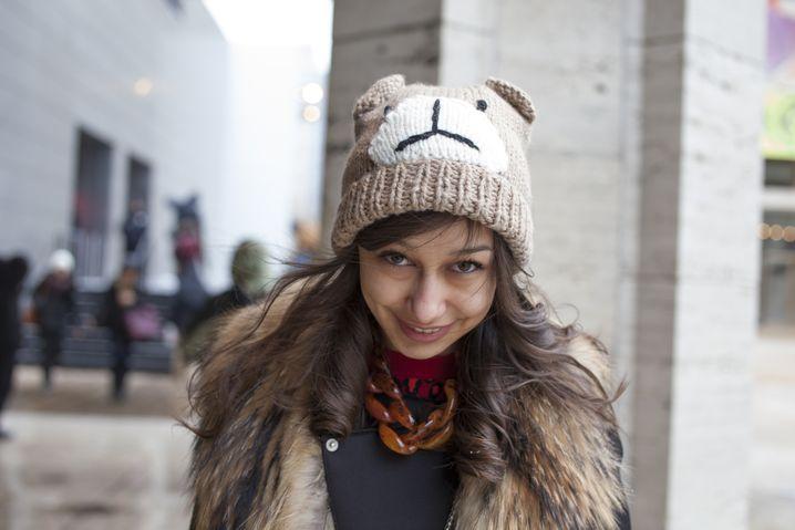 """Daniela, 21, Mode-Bloggerin: """"Diese Mütze war ein Spontankauf, weil ich gestern so gefroren habe. Ich habe nicht damit gerechnet, dass es in New York so kalt wird. Zu Hause, in Kischinau in Moldau, habe ich 15 Mützen. Im Januar wird's dort auch mal minus 20 Grad. Dort macht der Winter ohne Kopfbedeckung echt keinen Spaß."""""""