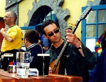 Miltown Malbays: In und vor den Pubs finden sich Musikbegeisterte oft spontan zu kleinen Bands zusammen