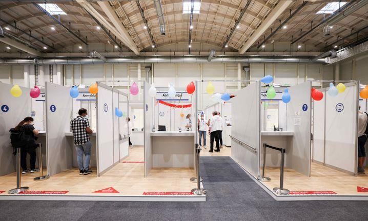 Luftballone und Luftschlangen hängen an Anmeldungsschaltern am letzten Öffnungstag im Impfzentrum in den Hamburger Messehallen
