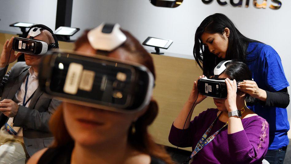 Spielefans beim Test eines VR-Headsets: Nur wer es ausprobiert, versteht die Faszination