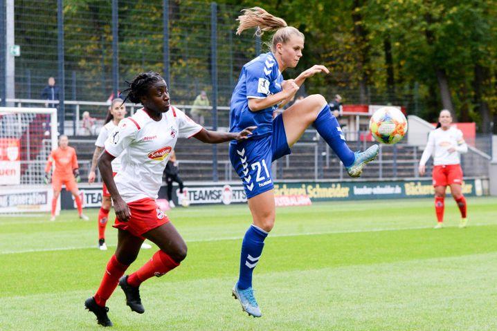 Klara Bühl (rechts) hat mit 18 Jahren bereits 70 Bundesligaspiele absolviert
