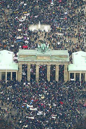 """""""Leute, die wieder einmal """"einem Mann mit Bart"""" folgen: Großdemo gegen den Krieg in Berlin am 15. Februar"""