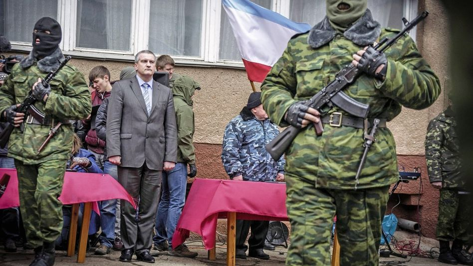 Krims neuer Regierungschef Axjonow mit Soldaten in Simferopol: Man solle sich nehmen, was ohnehin zu Russland gehöre