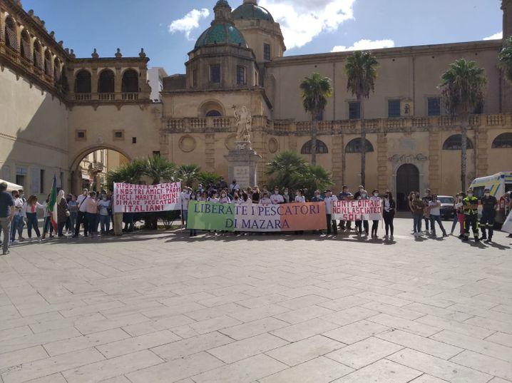 """""""Befreit unsere Fischer"""": Angehörige protestieren im Fischerdörflein Mazara del Vallo"""