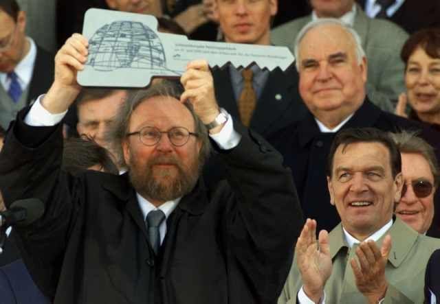 Damaliger Bundestagspräsident Thierse, Altkanzler Kohl im April 1999 in Berlin: Gemeinsam bei der Schlüsselübergabe