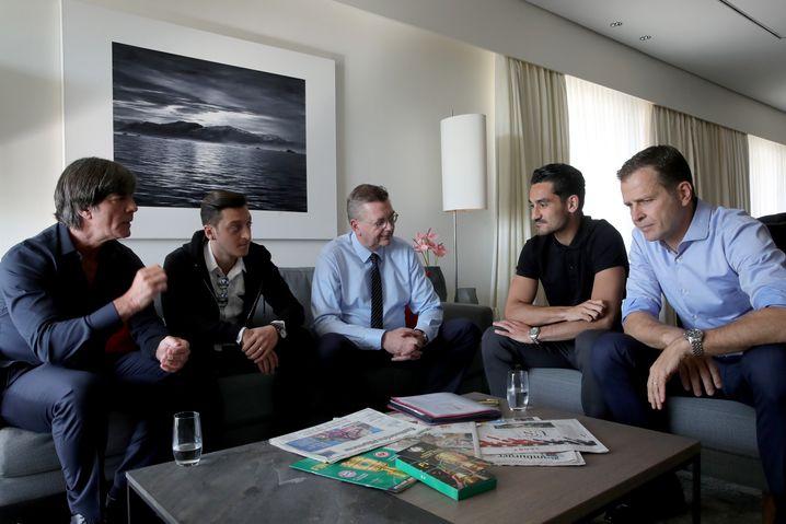 Gespräche zwischen Löw, Özil, Grindel, Gündogan und Bierhoff (von l. nach r.) vor der WM
