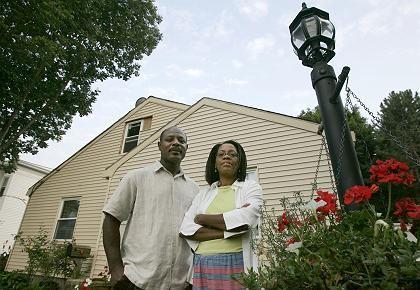 US-Hypothekenkunden Josy Fanfan, und Frau Milca (in Massachusetts): Erst zahlten sie 1700 Dollar im Monat - dann wurde die Rate auf über 3000 Dollar erhöht