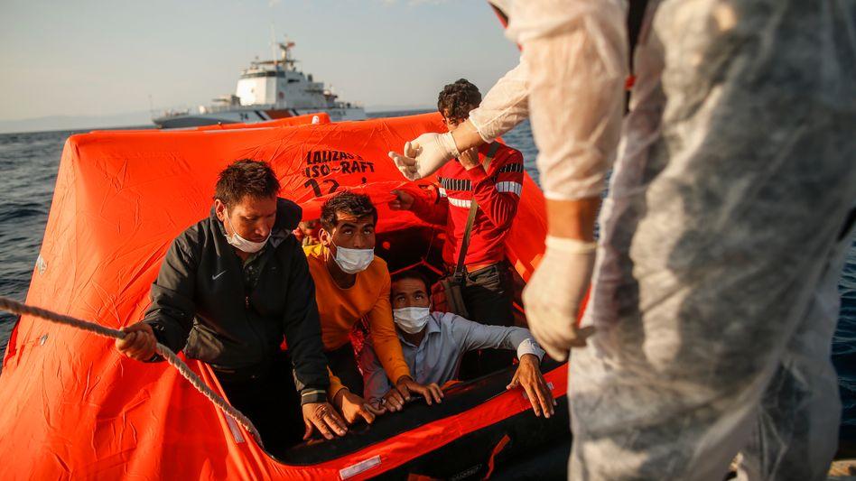 Asylsuchende auf einem Rettungsfloß in der Ägäis: Systematisch zurück in türkische Gewässer geschleppt