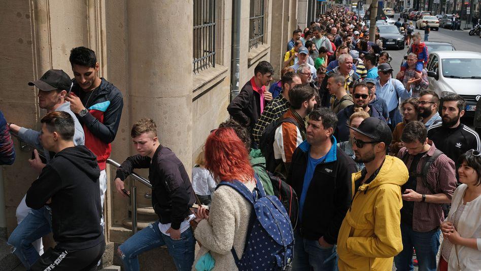 Auslandsrumänen stehen vor der rumänischen Botschaft in Berlin an, um wählen zu gehen.