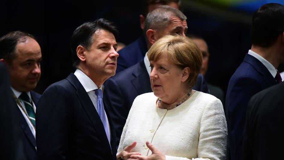"""Kanzlerin Merkel mit italienischem Amtskollegen Conte (Archivbild): die alte Furcht vor den """"Schuldensündern"""""""