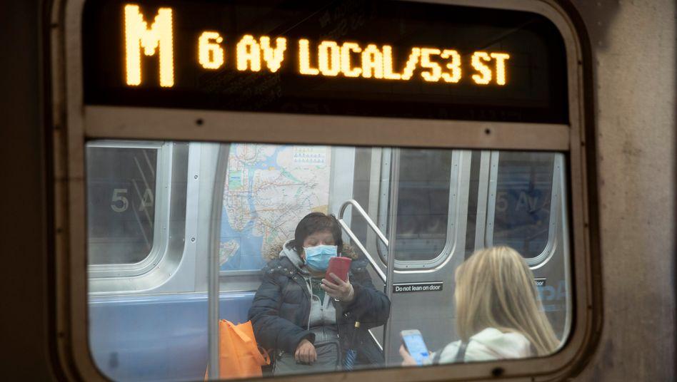 Passagiere in einem Zug der New Yorker Metropolitan Transportation Authority (MTA)