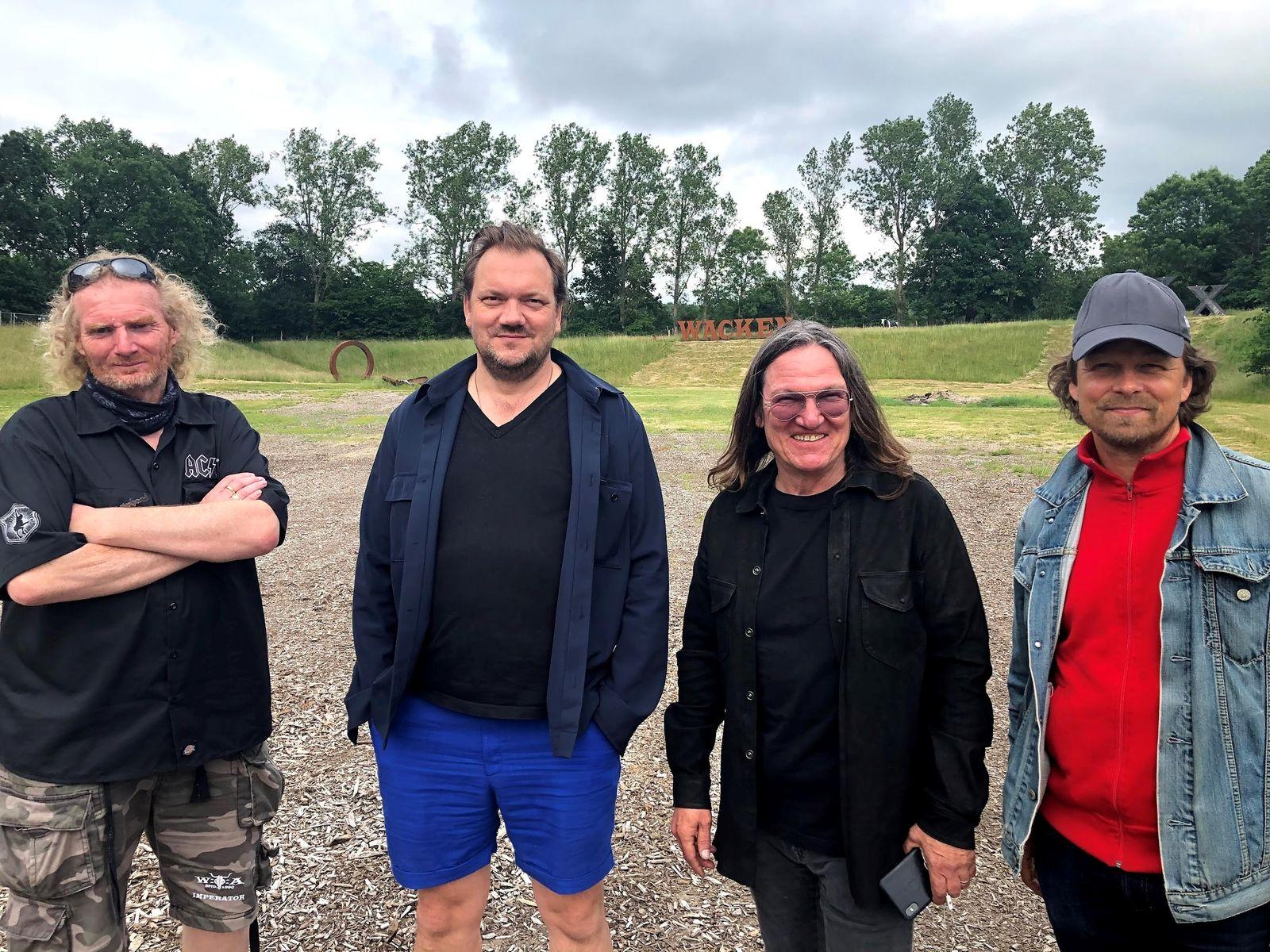 V. l. n. r.: Holger Hübner (Wacken-Gründer), Charly Hübner (Showrunner und Darsteller), Thomas Jensen (Wacken-Gründer), Lars Jessen (Produzent)
