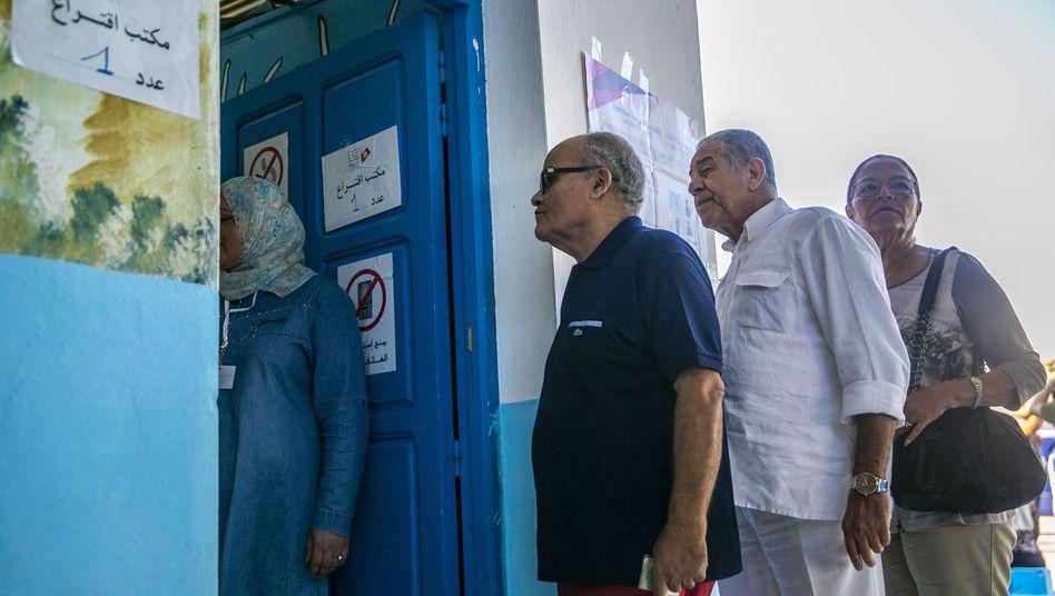 Tunesische Wähler bei der Stimmabgabe in der Nähe der Hauptstadt Tunis am 6. Oktober: Moderate Islamisten sind stärkste Kraft