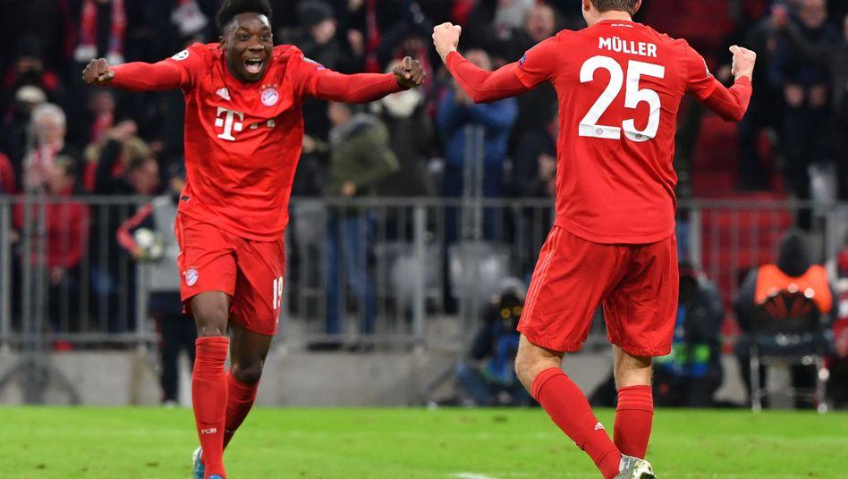 Alphonso Davies (l.) und Thomas Müller dürfen sich über eine makellose Champions-League-Gruppenphase freuen