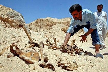 Ein Iraker exhumiert mutmaßliche Opfer des Schiiten-Aufstandes von 1991