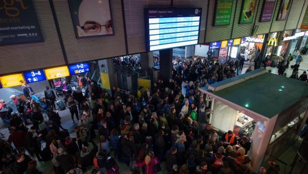 Reisende am Bahnhof Kassel-Wilhelmshöhe