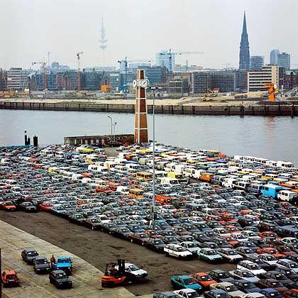 Ein letztes Mal in Deutschland parken: Vom Roll-on-/Roll-off-Kai am Amerikahöft geht es auf den Frachter gen Süden