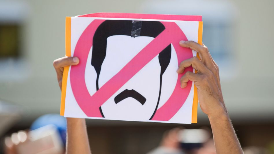 Demonstrant mit Anti-Maduro-Schild