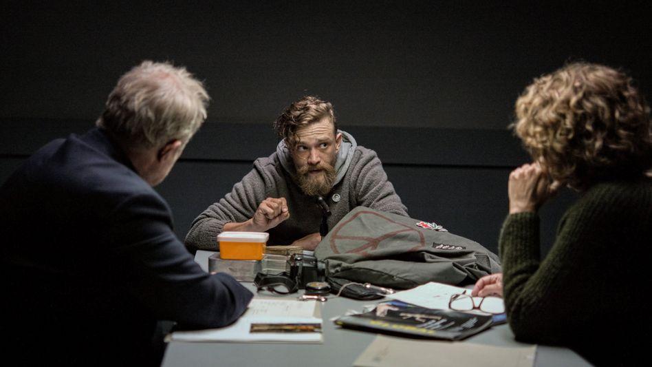 """Überlebenskünstler: Fellner (Adele Neuhauser) und Moritz Eisner (Harald Krassnitzer) verhören """"Indy"""" (Michael Steinocher)."""