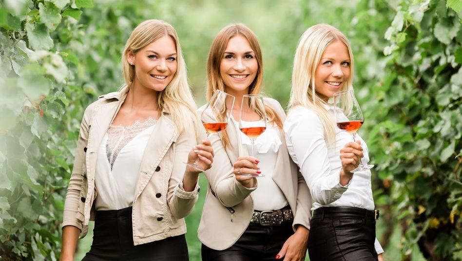 LisaVollmayer, 27, (rechts) arbeitet seit 2018 Vollzeit auf dem 15 Hektar großen Weingutihrer FamilieinHilzingen. Unterstützt wird sie auch von ihren SchwesternDesirée (links) und Isabell.