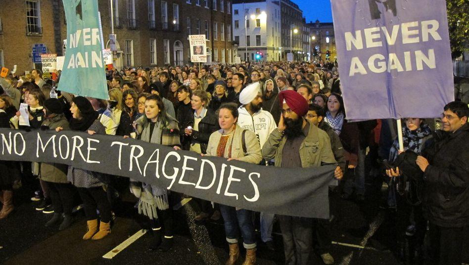 """""""Nie wieder"""": Proteste gegen den Tod einer schwangeren Inderin in Irland"""