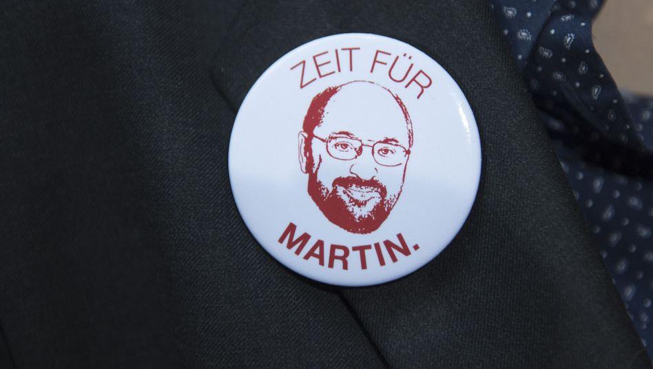 Martin-Schulz-Button am Revers eines SPD-Anhängers