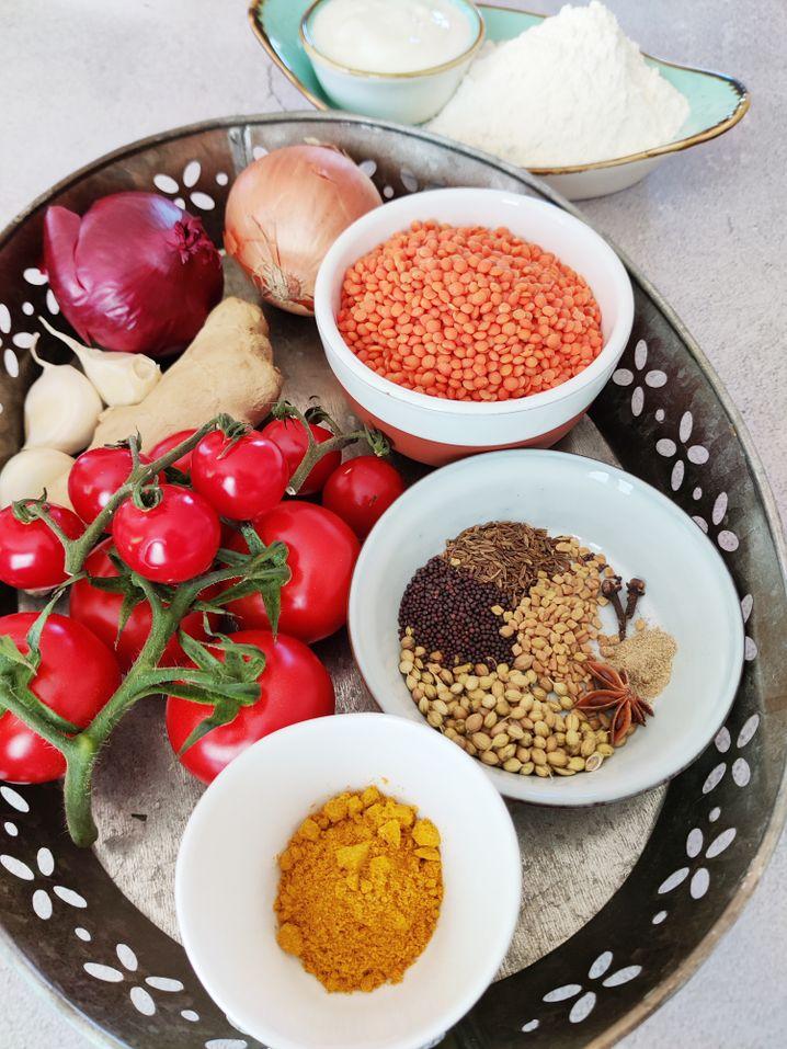Linsen, Zwiebeln, Tomaten und Ingwer sind extrem günstig. Bei den Gewürzen kann man kreativ werden und Reste aufbrauchen – oder zu fertigem Currypulver greifen.