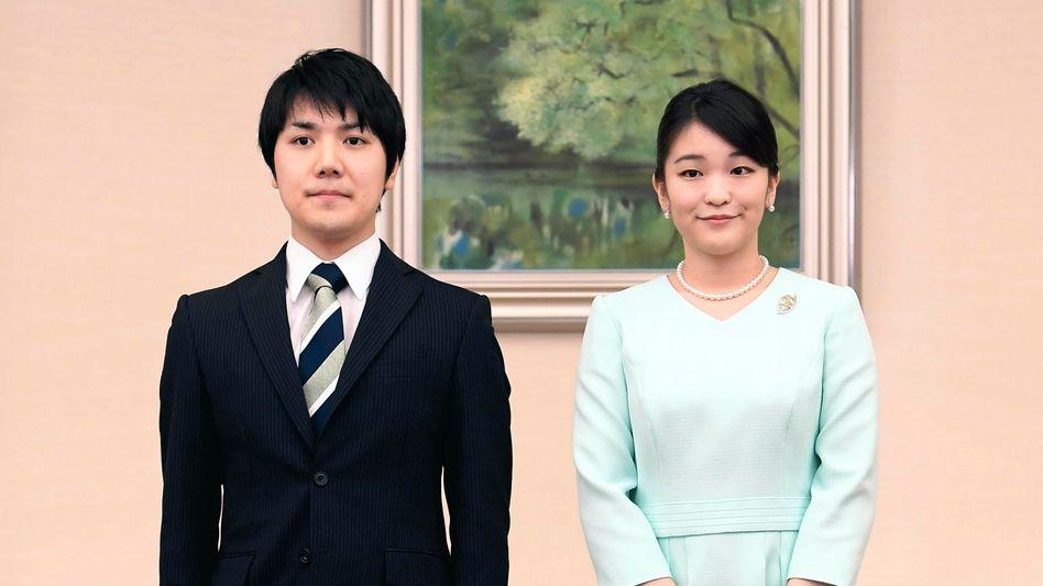 Partner Komuro, Prinzessin Mako: Wenn sie einen Bürgerlichen ehelicht, verliert sie ihren Titel und muss den Hof verlassen
