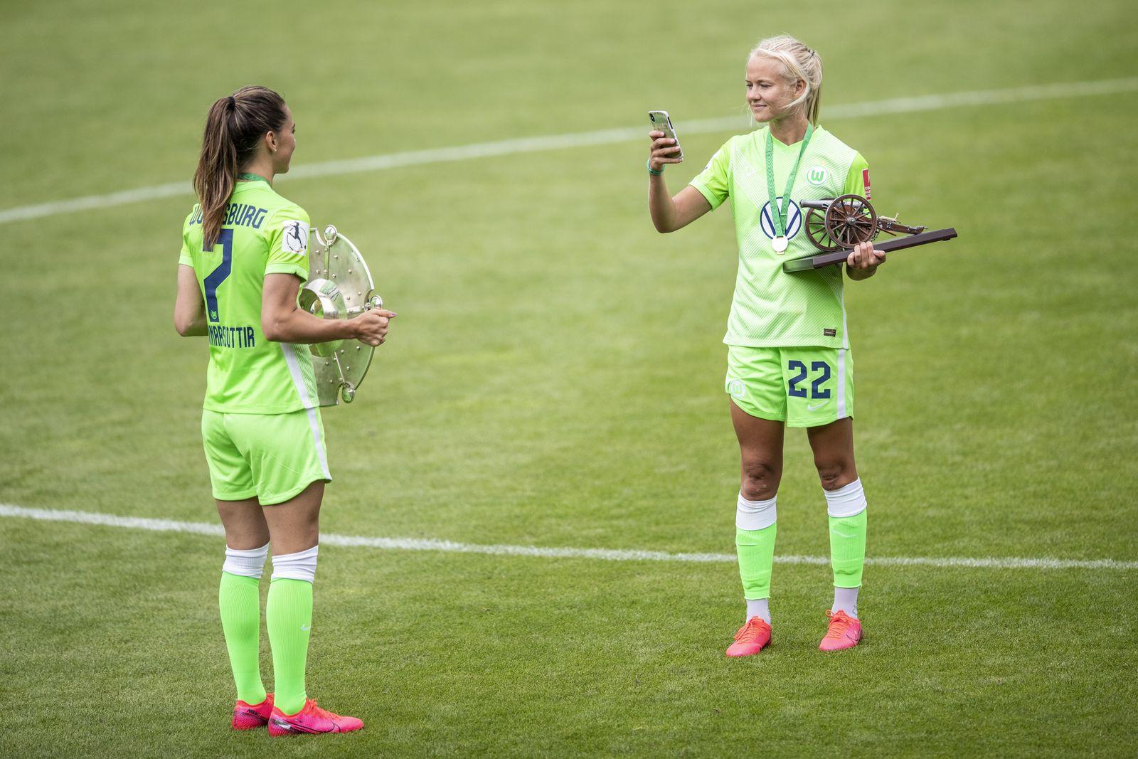 VfL Wolfsburg Women's v Bayer 04 Leverkusen Women's - Flyeralarm Frauen-Bundesliga