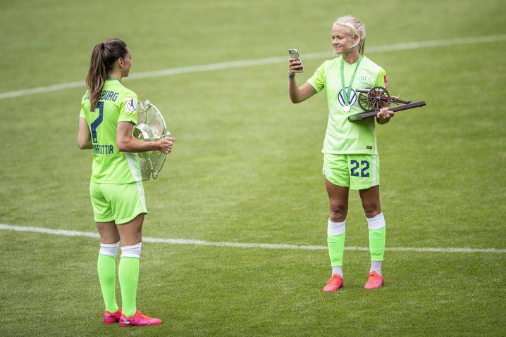 Titel in Wolfsburg: Pernille Harder (r.) mit der Torjägerinnenkanonen, Sara Björk Gunnarsdottir mit der Schale