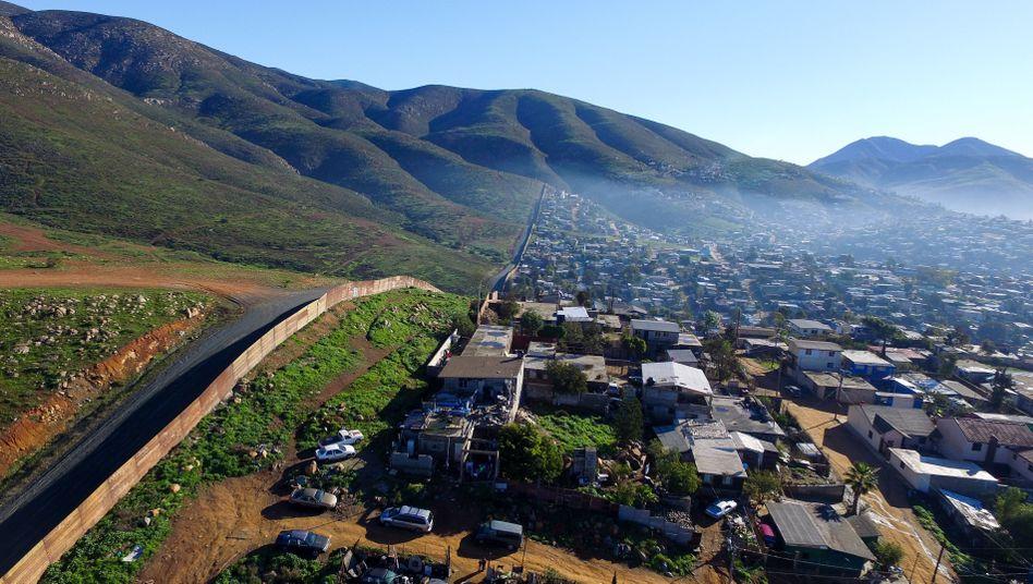 Drohnenaufnahme von der Grenze zwischen den USA und Mexiko, in El Nido del Aguila am Rand von Tijuana