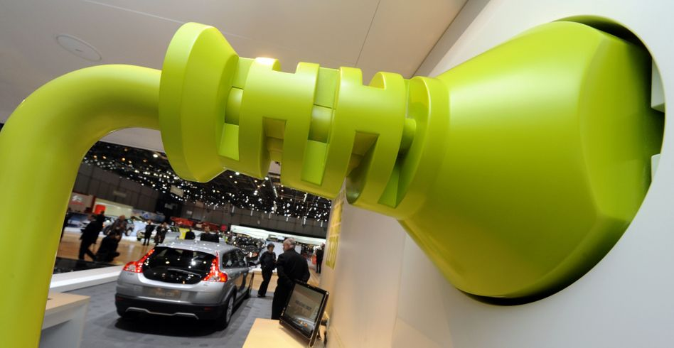 Überdimensionaler Stromstecker auf dem Genfer Autosalon