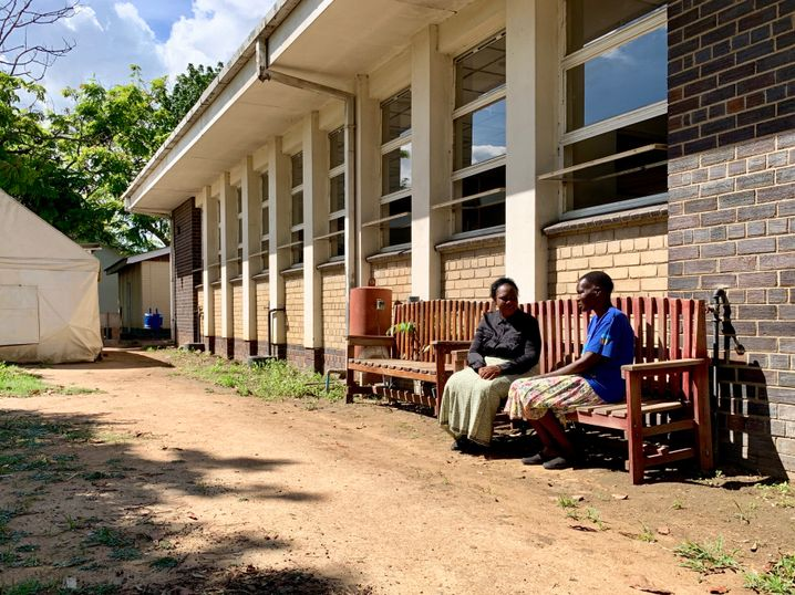 Die Freundschaftsbänke, auf denen immer jeweils eine Großmutter und ein Patient sitzen, sind inzwischen in vielen Gärten der Krankenhäuser von Harare verteilt