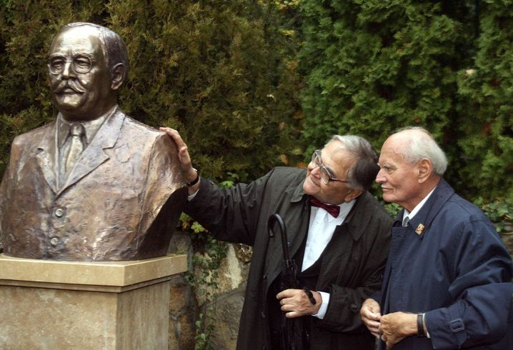 Zwei Freunde und ein Volksheld: Imre Mécs mit dem ehemaligen Staatspräsidenten Árpád Göncz neben einer Büste von Volksheld Imre Nagy. Mécs und Göncz waren Gefängnisgenossen und pflegten später eine tiefe Freundschaft.