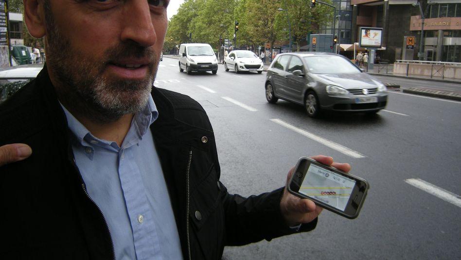 Patrick Givanovitch from the company Lyberta demonstrates the system.