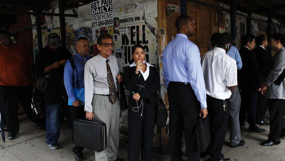 Wartende Arbeitslose vor einer Jobmesse in New York: Aussichten verdüstern sich wieder