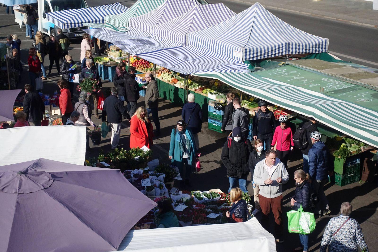11.04.2020, Berlin, GER - Menschen auf dem Wochenmarkt am Kranoldplatz. (Alltag, Angebot, Aufsicht, aussen, Aussenaufna