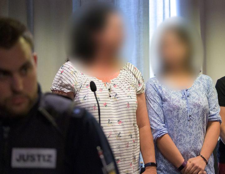 Maria (rechts im Bild) und ihre Mutter am Tag der Urteilsverkündung.