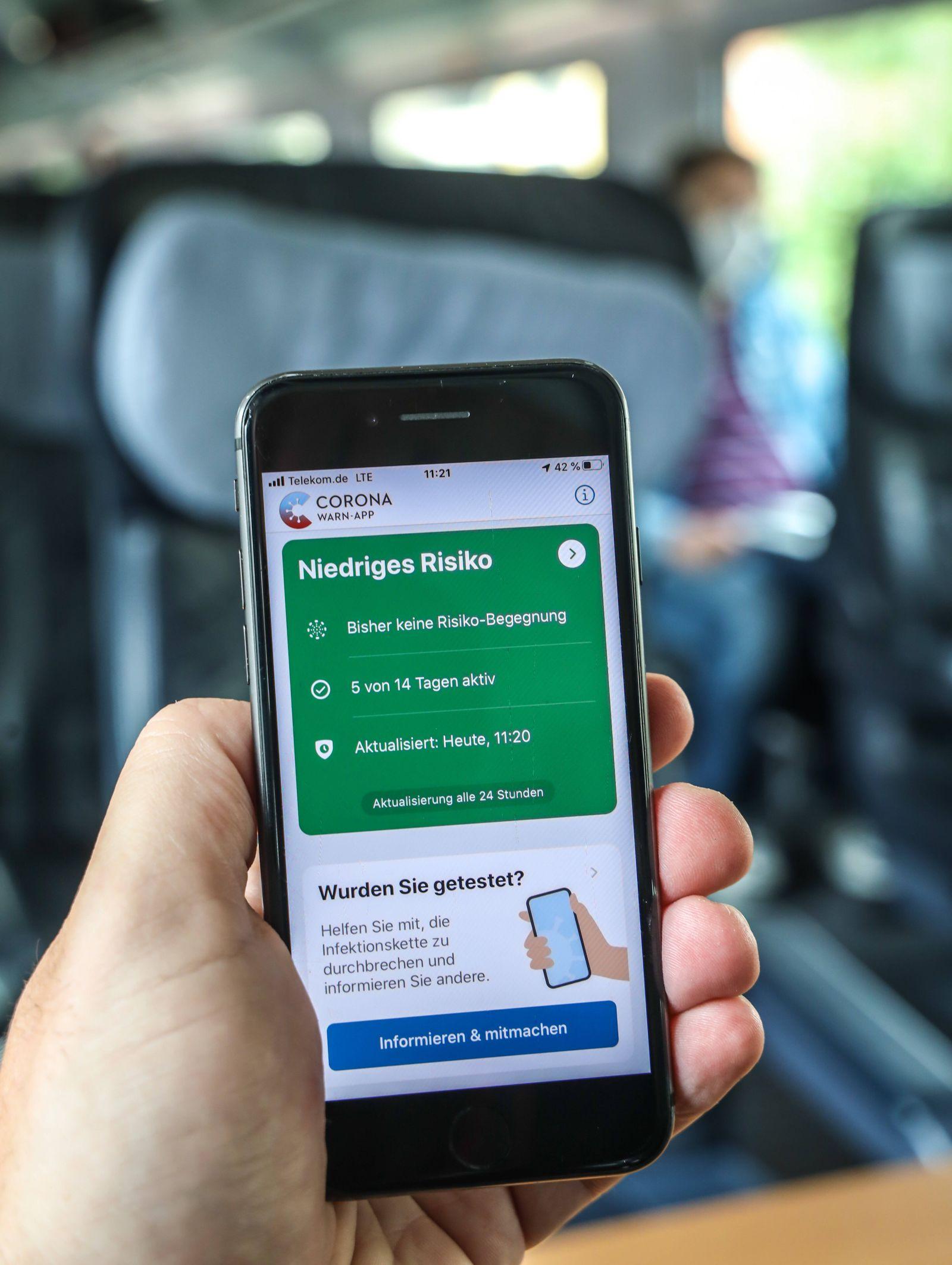DEU, Deutschland, Berlin, 20.06.2020: Unterwegs mit der S-Bahn - dabei Nutzung der Corona-Warn-App auf einem Smartphone