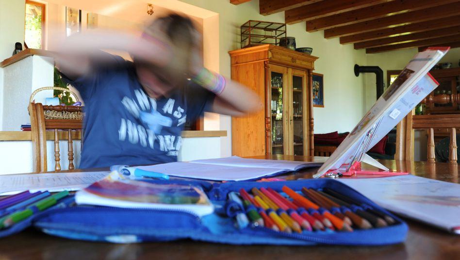 Zehnjähriger Junge bei den Hausaufgaben: Ist die ADHS-Epidemie ein Trugbild?