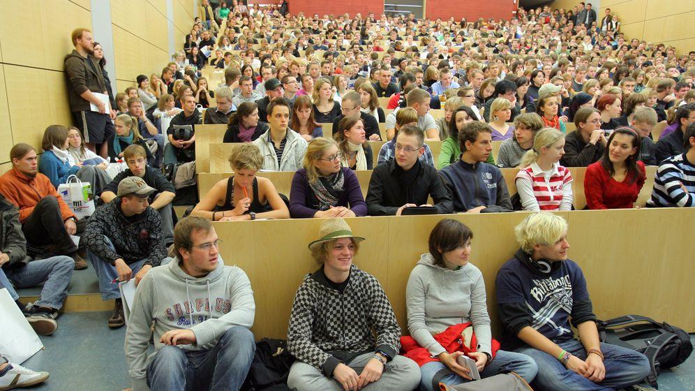 Studentenansturm 2012: Lange Schlangen und minderjährige Studenten