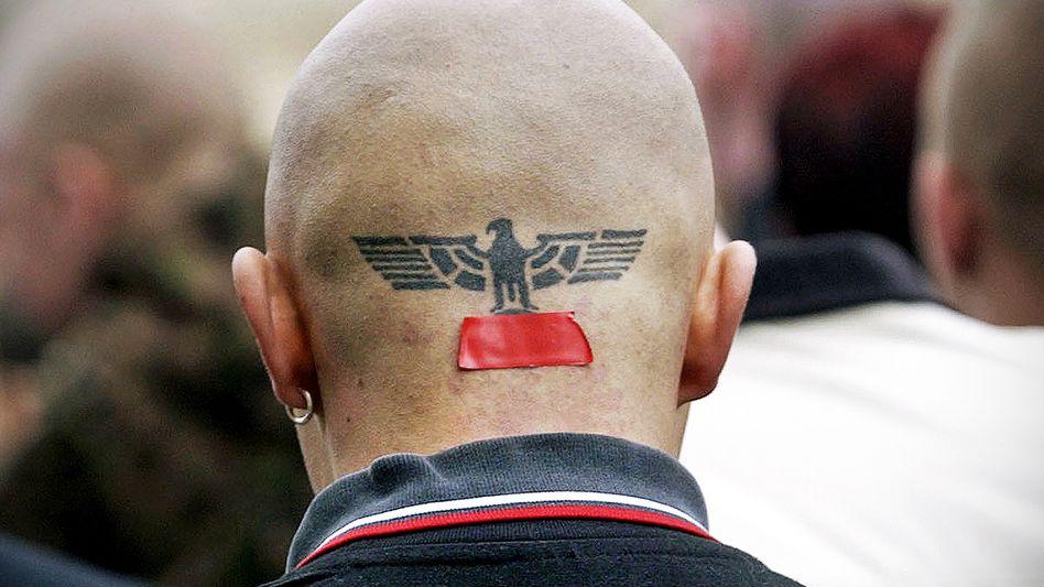 Rechtsextremist auf NPD-Kundgebung (2003 in Erfurt)